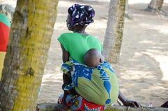少妇和她的婴孩 免版税库存图片