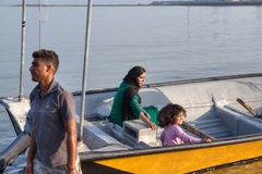少妇和小女孩在游船坐 免版税图库摄影
