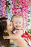 少妇和小女孩夏天大阳台的 免版税库存照片