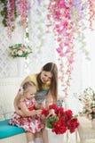 少妇和小女孩夏天大阳台的 免版税图库摄影
