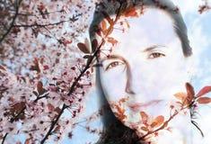 少妇和春天的两次曝光图象开花 免版税库存图片