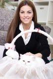 少妇和波斯白色猫在家 免版税库存图片