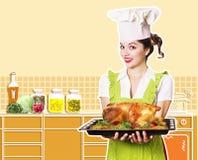 少妇和烤鸡 免版税库存图片