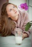 少妇和牛奶。 免版税库存照片