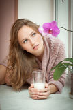 少妇和牛奶。 免版税库存图片