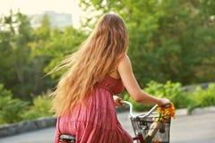 少妇和自行车 库存照片
