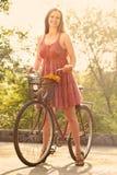 少妇和自行车 免版税库存图片