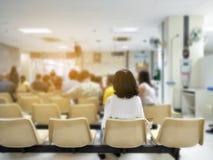少妇和许多人民等待医疗和卫生业务对医院,等待治疗的患者在医院 库存图片