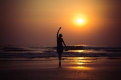 少妇喜欢跳芭蕾舞者在Arambol海滩的日落,亦不 免版税库存图片