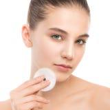 少妇喜欢面孔皮肤 使用化装棉的清洗的完善的新鲜的皮肤 查出 免版税库存图片