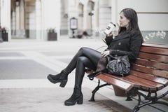 少妇喝咖啡户外 库存照片