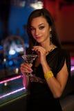 少妇喝在夜总会的一个鸡尾酒 免版税库存照片