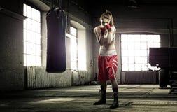少妇在一个老大厦的拳击锻炼 库存照片