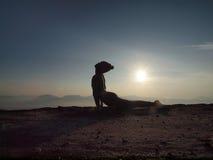 少妇在上午执行在峭壁的瑜伽 库存照片