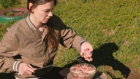 少妇在串上把肉放 烹调猪肉kebabs  影视素材