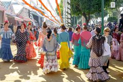 少妇在传统服装穿戴了在塞维利亚` s 4月市场 免版税库存照片
