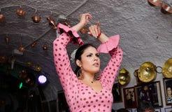 少妇在佛拉明柯舞曲展示期间的跳舞佛拉明柯舞曲 图库摄影