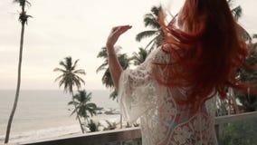 少妇在俯视海洋的阳台站立 影视素材