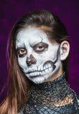 少妇在停止的屏蔽头骨表面艺术的日 图库摄影