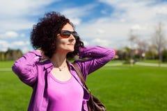少妇在公园 免版税库存照片