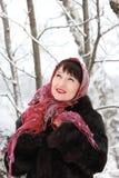 少妇在冬天森林里 免版税库存图片