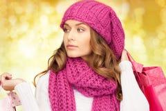 少妇在冬天穿衣与购物袋 免版税图库摄影