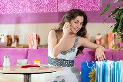 少妇在冰淇凌店里 图库摄影