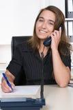 少妇在办公室打电话 库存图片