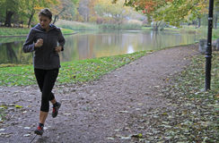 少妇在华沙公园跑 库存图片