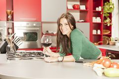 少妇在厨房里 库存照片