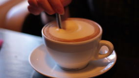少妇在咖啡投入与匙子的糖和混乱 股票录像