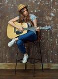 少妇在声学吉他的戏剧音乐 免版税库存照片