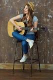 少妇在声学吉他的戏剧音乐 免版税图库摄影