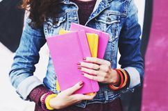 少妇在她的手上的拿着五颜六色的习字簿 库存照片