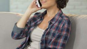 少妇在家谈话在电话沙发,家庭通信,技术 股票录像