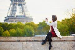 少妇在巴黎在一明亮的秋天天 库存图片