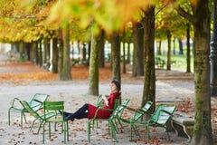 少妇在巴黎在一明亮的秋天天 库存照片