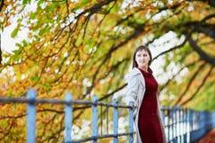 少妇在巴黎在一明亮的秋天天 免版税库存图片
