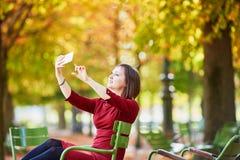 少妇在巴黎在一明亮的秋天天 免版税库存照片