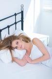少妇在床上的享受一懒惰天 库存照片