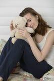 少妇在床上的儿童居室 免版税库存照片