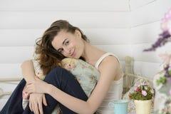 少妇在床上的儿童居室 免版税图库摄影