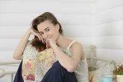 少妇在床上的儿童居室 库存图片