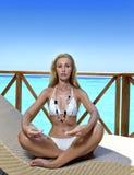 少妇在房子sundeck思考在海水,马尔代夫的 免版税图库摄影