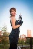 少妇在拿着枪的秋天公园 免版税库存照片