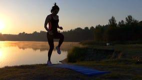 少妇在日落的一个俯卧撑位置跑 股票录像