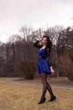 少妇在春天公园 图库摄影