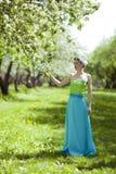 少妇在春天庭院里 图库摄影