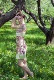 少妇在春天庭院里 免版税图库摄影