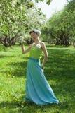 少妇在春天庭院里 免版税库存图片
